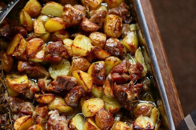 Agneau pascal et pommes de terre au four à la napolitaine