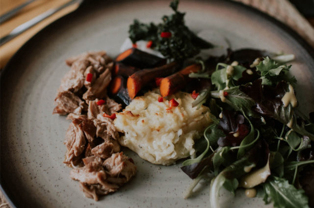 Pulled pork, carottes glacées, chips de chou kale